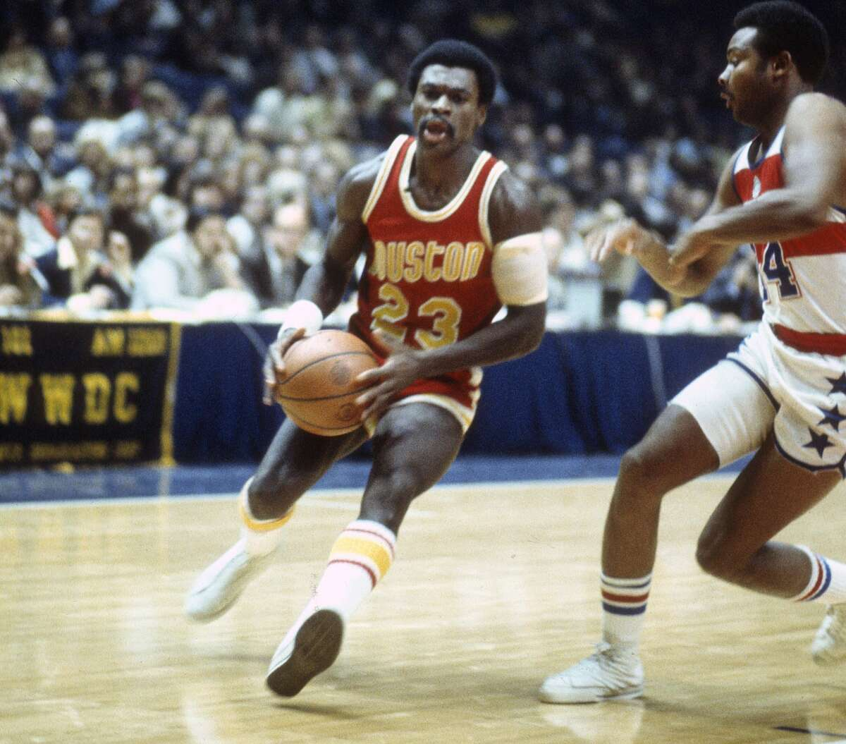 1972-76: New font In their second season in Houston, the Rockets kept the colors on the jerseys the same (yellow letters and numerals) but changed the font with the now-familiar slanted team name across the top instead of the name being curved around the jersey number.