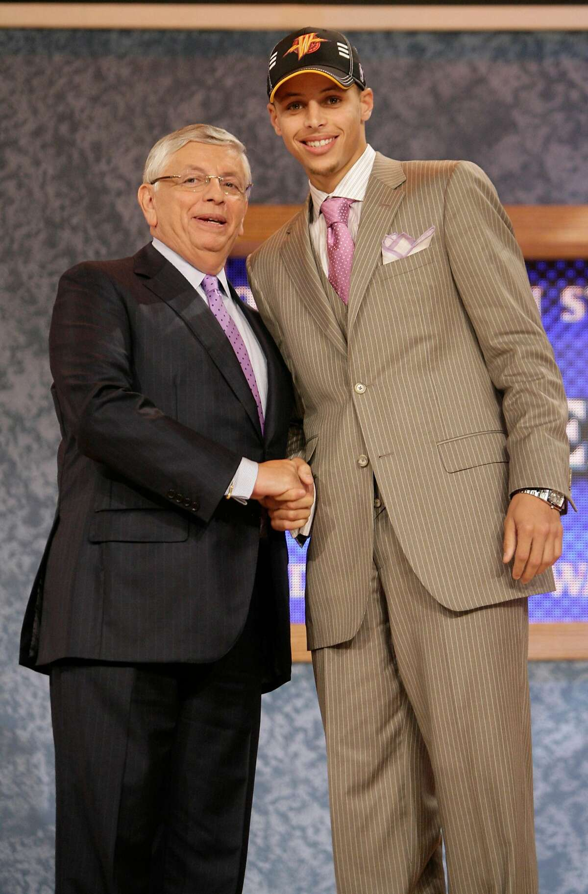 NBA commissioner David Stern, left, poses with Davidson's Stephen Curry, who was picked by the Golden State Warriors during the first round of the NBA basketball draft Thursday, June 25, 2009, in New York. (AP Photo/Seth Wenig)