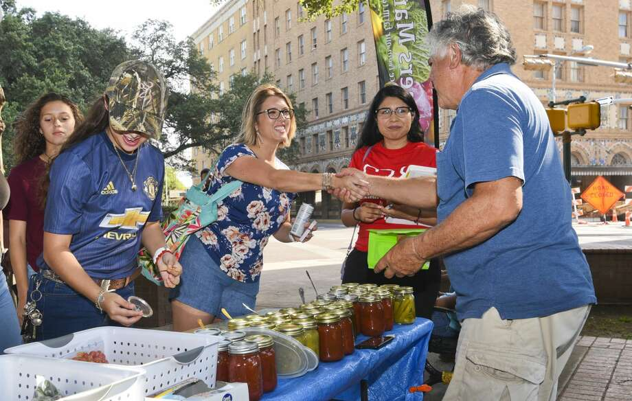 Republican contender for the seat in Texas' 28th Congressional District, Sandra Whitten, introduces herself to Laredoans on Saturday, Jun 15, 2019, during the Farmers Market at Jarvis Plaza. Photo: Danny Zaragoza/Laredo Morning Times