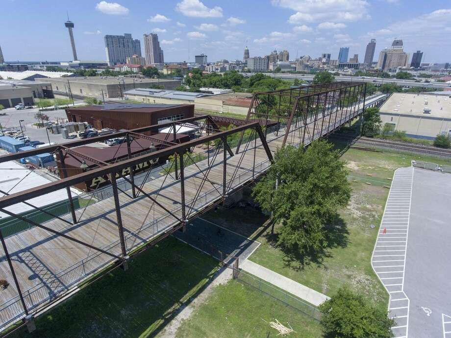 The City Council has sought to mend a broken promise that land near the Hays Street Bridge would be used for a park, approving a land swap that returns the parcel to the public. Photo: William Luther / Staff Photographer / ©2019 San Antonio Express-News