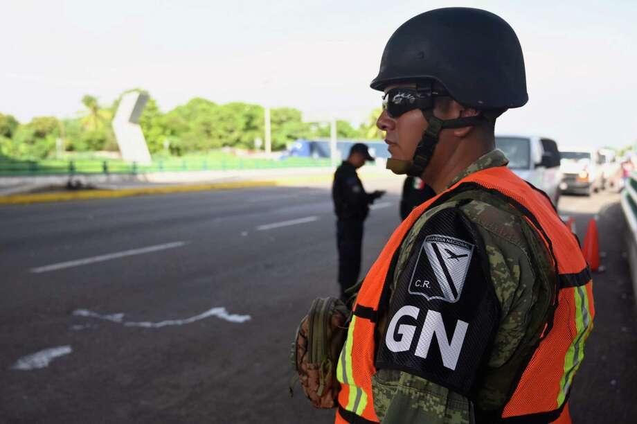 Un miembro de la Guardia Nacional Mexicana permanece en un punto de revisión en las afueras de Tapachula, Chiapas, México, cerca de la frontera con Guatemala, el 21 de junio de 2019. Photo: Alfredo Estrella /AFP /Getty Images / AFP or licensors