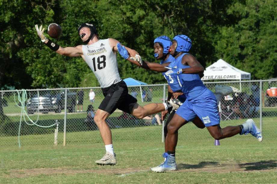 The Foster Falcons and the Dickinson Gators compete in the Cinco Ranch 7 on 7 State Qualifying Tournament on Friday, May 14, at Foster High School, Richmond, TX. Photo: Craig Moseley, Houston Chronicle / Staff Photographer / ©2019 Houston Chronicle