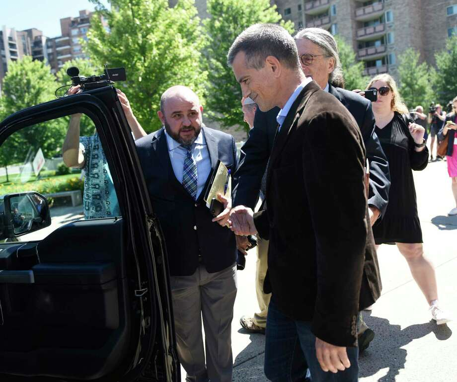 Attorneys Rich Rochlin, left, and Norm Pattis escort Fotis Dulos out of the Stamford courthouse following a divorce hearing in June. Photo: Tyler Sizemore / Hearst Connecticut Media / Greenwich Time