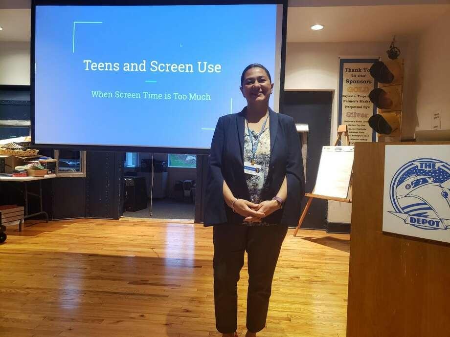 Dr. Elizabeth Ortiz-Schwartz talks at the Darien Depot on managing screen time for teens. — Sandra Diamond Fox photo