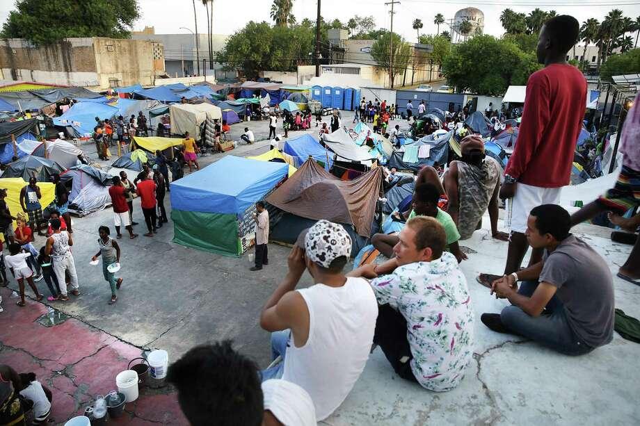 ARCHIVO — Inmigrantes esperan respuesta a su solicitud de asilo político en el albergue municipal de Nuevo Laredo, México, el miércoles 15 de mayo de 2019. El albergue cuenta con capacidad para 250 personas, y actualmente aloja a 700 personas. Photo: Bob Owen /San Antonio Express-News / ©2019 San Antonio Express-News