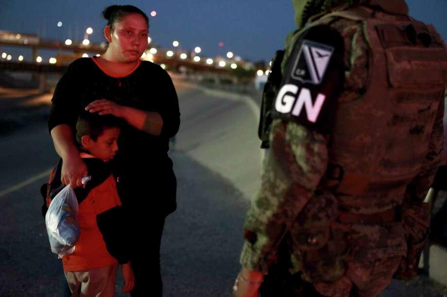 Policías militares con la insignia de la nueva Guardia Nacional detienen migrantes guatemaltecos para evitar que crucen el Río Bravo desde Ciudad Juárez, México hacia El Paso, Texas, la noche del lunes 24 de junio de 2019. Photo: Christian Chavez /Associated Press / Copyright 2019 The Associated Press. All rights reserved.