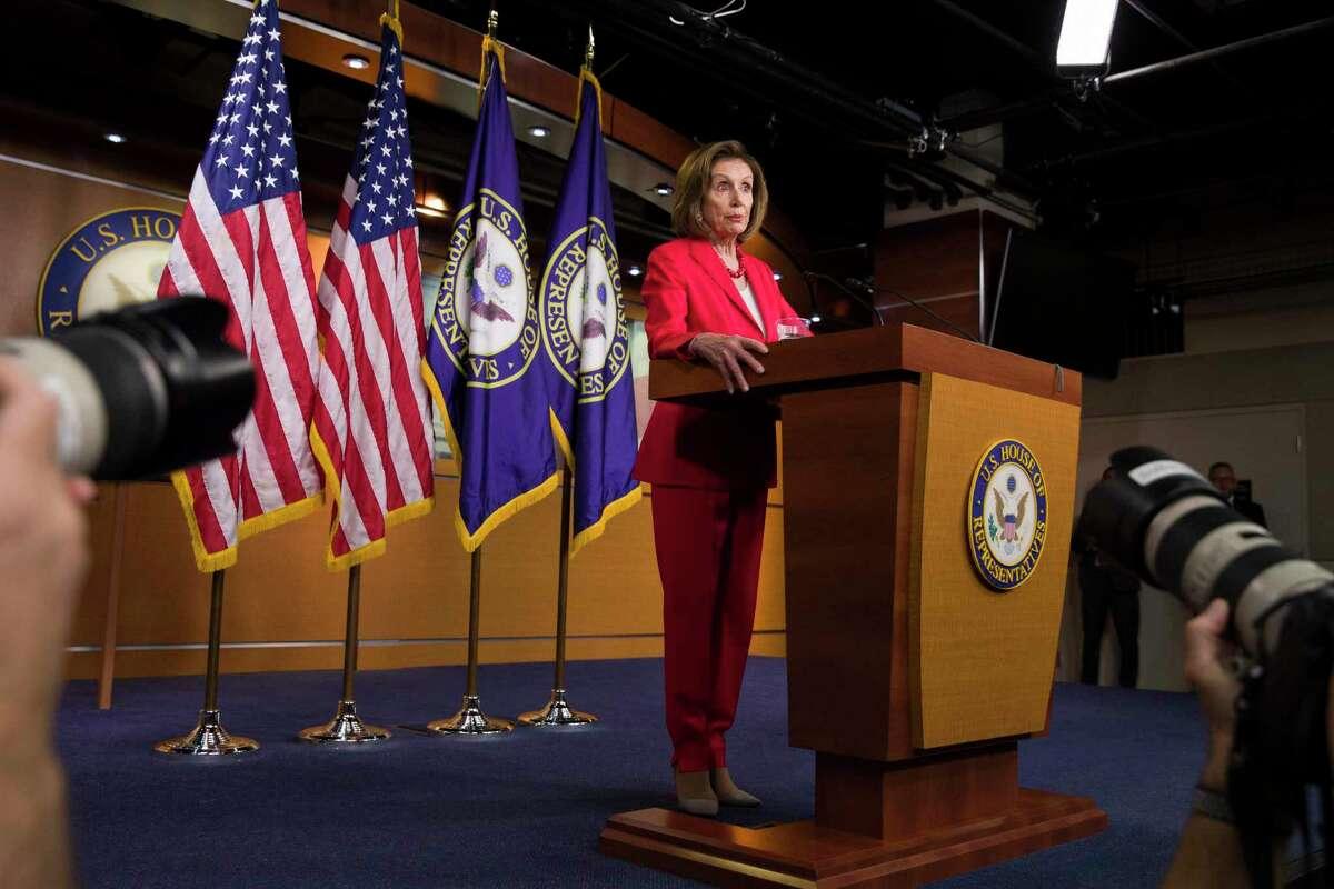 La presidenta de la Cámara de Representantes, la demócrata Nancy Pelosi, habla durante la conferencia de prensa que da cada semana en el Capitolio, en Washington, el jueves 27 de junio del 2019.
