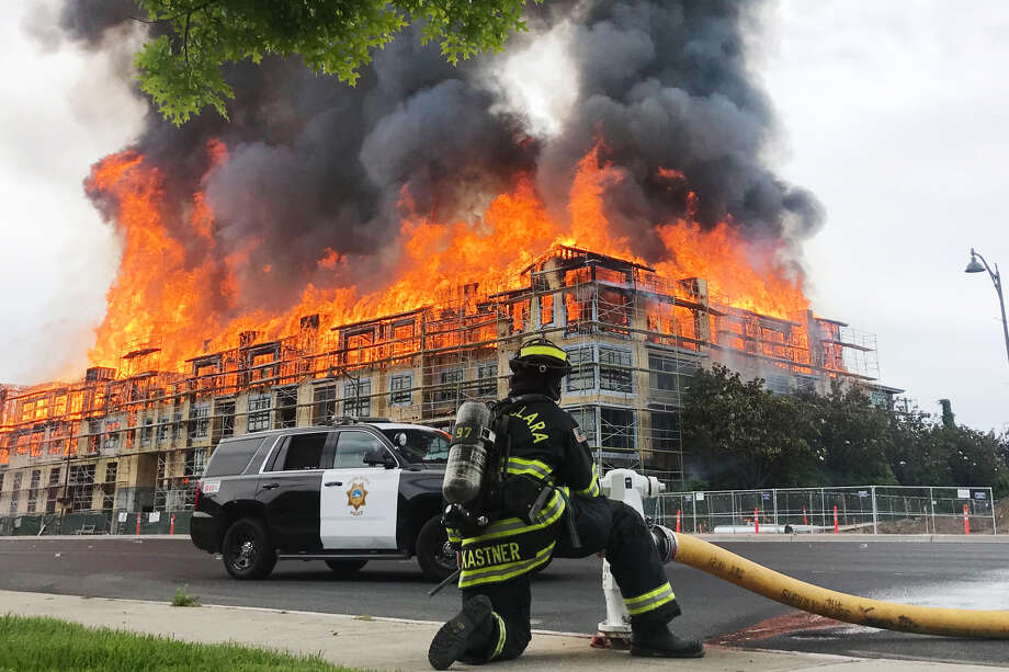 A massive blazebroke out Friday morning at a housing construction site onElCaminoReal near Scott Boulevard in Santa Clara. Photo: Lauren Hernandez / The Chronicle