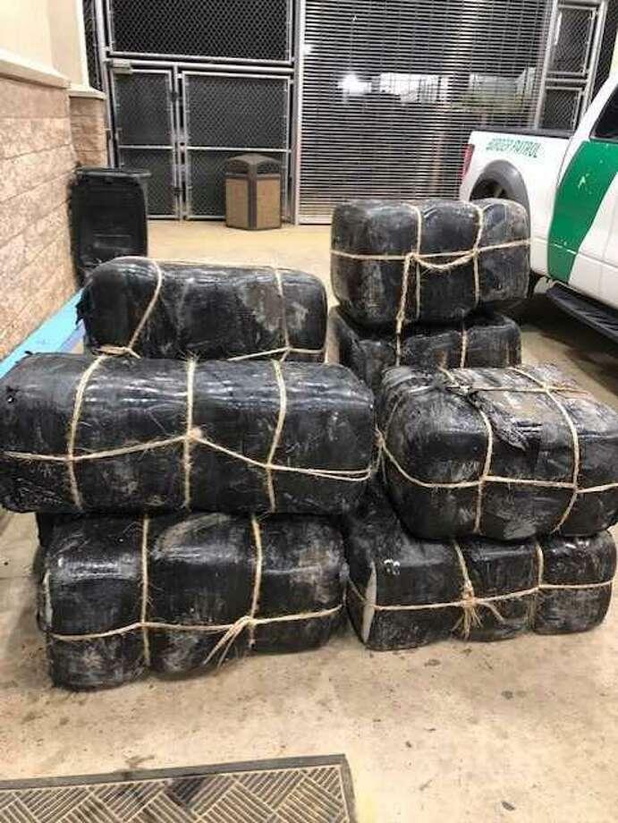 Paquetes conteniendo varios cientos de marihuana fueron abandonados en un vehículo cerca del Río Grande. Photo: Foto De Cortesía /Patrulla Fronteriza