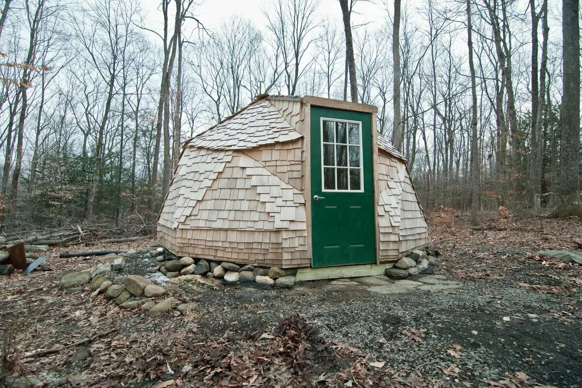 A great daylight space nested on the edge of the woods. Be close to nature but also close to our house for modern convinces in our house. Please note this space is unplugged, it has no electricity, heat or air conditioning. There are full bathrooms for your use in the house, 125 feet away.