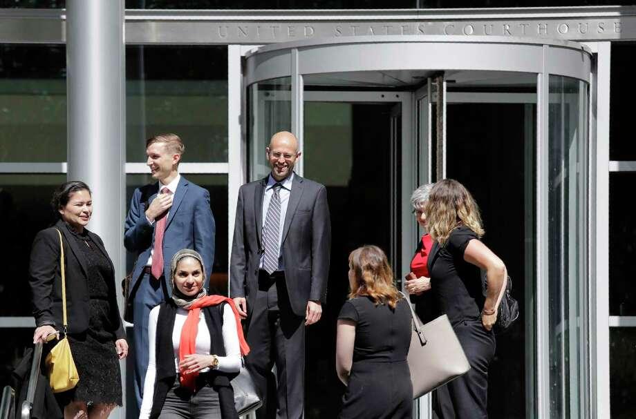En esta imagen del 28 de junio de 2019, Matt Adams, al centro derecha, director legal del Northwest Immigrant Rights Project, sale de un juzgado federal después de una audiencia sobre solicitantes de asilo, en Seattle. Photo: Elaine Thompson /Associated Press / Copyright 2019 The Associated Press. All rights reserved