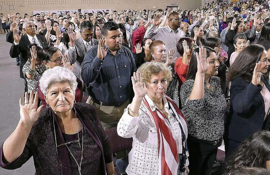 Corina Peña, izquierda, estuvo entre cientos de personas que prestaron el Juramento de Lealtad ante la Honorable Jueza Diana Saldaña, jueza de distrito de los Estados Unidos para el Distrito Sur de Texas durante la Ceremonia de Naturalización del Distrito Sur de Texas, el martes 2 de julio de 2019 en TAMIU. Photo: Cuate Santos /Laredo Morning Times / Laredo Morning Times