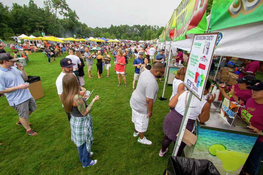Festival goers wait in lines to grab margaritas Saturday, June 29, 2019 during The Woodlands Margarita Festival at Town Green Park in The Woodlands. Photo: Cody Bahn, Houston Chronicle / Staff Photographer / © 2019 Houston Chronicle