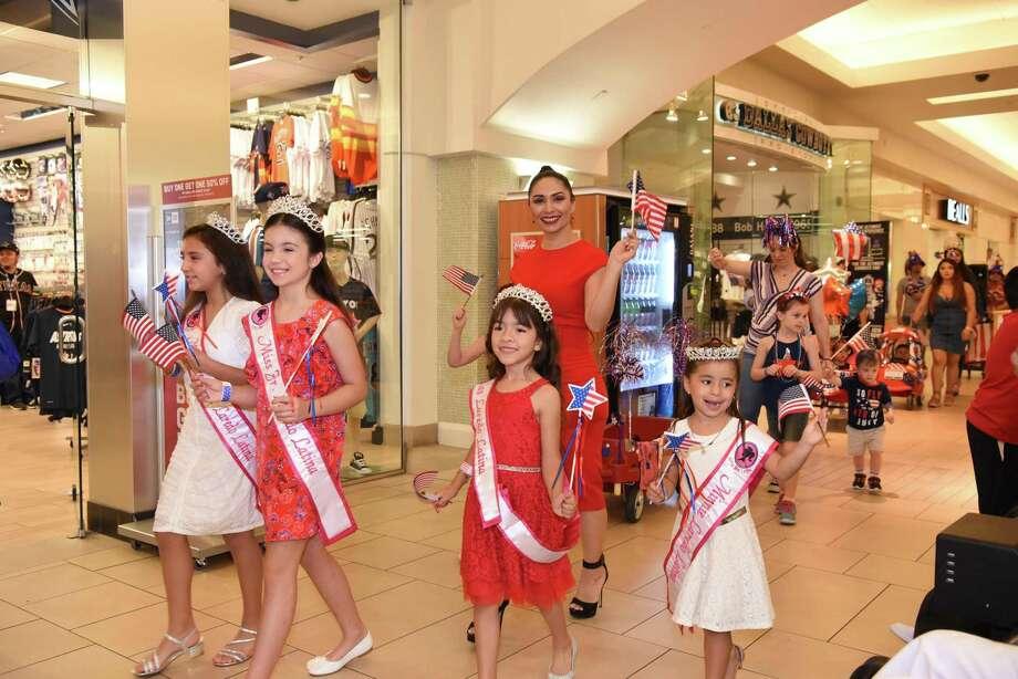 Las modelos de Little Miss Laredo Latina saludando y mostrando su patriotismo durante el desfile del 4 de julio en Mall Del Norte, el jueves 4 de julio de 2019. Photo: Christian Alejandro Ocampo /Laredo Morning Times / Laredo Morning Times