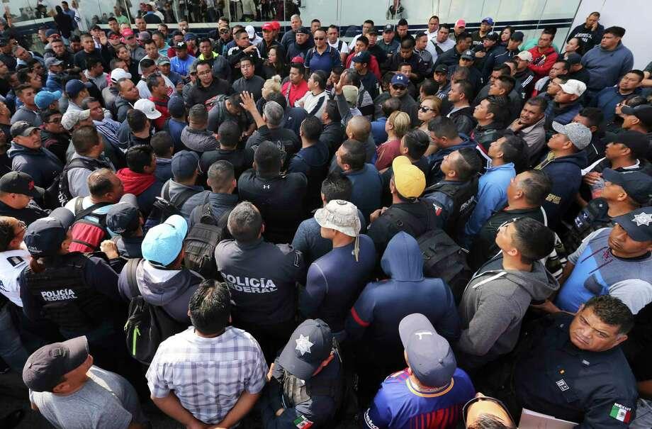 Policías federales en huelga mantienen tomado el centro de comando de la Policía Federal en el oriente de la Ciudad de México, el jueves 4 de julio de 2019, para protestar contra los planes de obligarlos a incorporarse a la recién formada Guardia Nacional. Photo: Marco Ugarte /Associated Press / Copyright 2019 The Associated Press. All rights reserved.