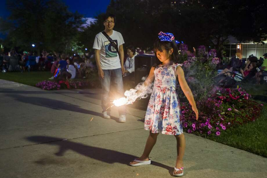 Thousands of people gather near Dow Diamond to watch fireworks on Thursday, July 4, 2019 in Midland. (Katy Kildee/kkildee@mdn.net) Photo: (Katy Kildee/kkildee@mdn.net)