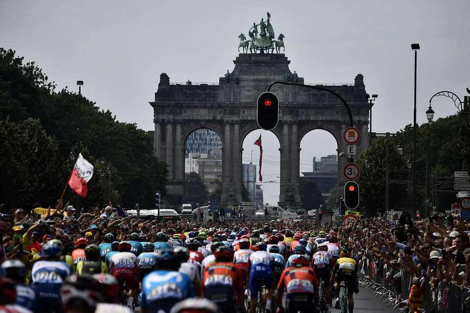 Riders blow through a red light as they approach the triple arches of the Arcades du Cinquantenaire in Brussels during the first stage of the 106th edition of the Tour de France. Photo: Jeff Pachoud / AFP / Getty Images