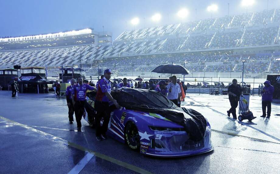 Chase Elliott's crew pushes his car to the garage area after the Daytona 500 was postponed due to rain. Photo: Terry Renna / Associated Press