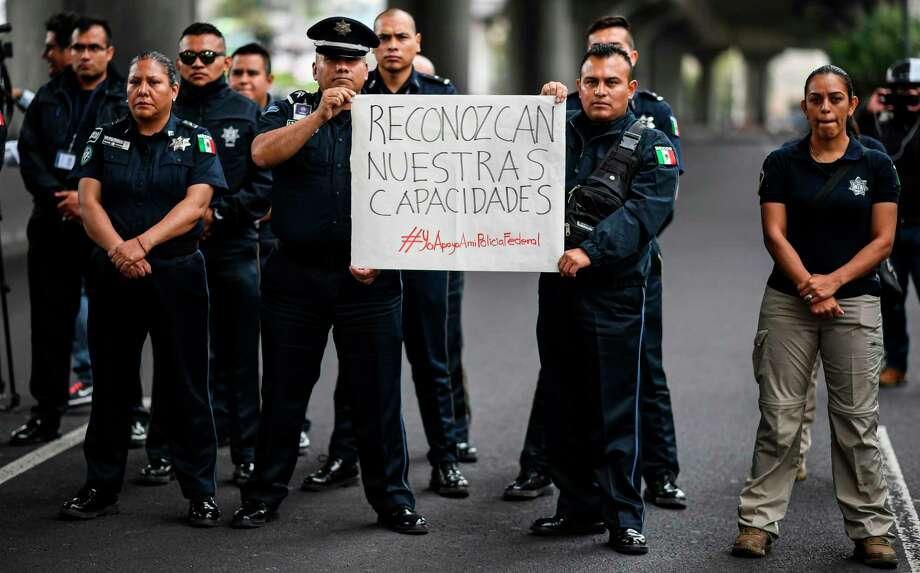 Miembros de la Policía Federal bloquean el circuito Periférico en las afueras de la sede de la Policía Federal en la Ciudad de México, el 3 de julio de 2019 para protestar contra la anexión de la fuerza a la recién inaugurada Guardia Nacional. Photo: Ronaldo Schemidt /AFP /Getty Images / AFP or licensors