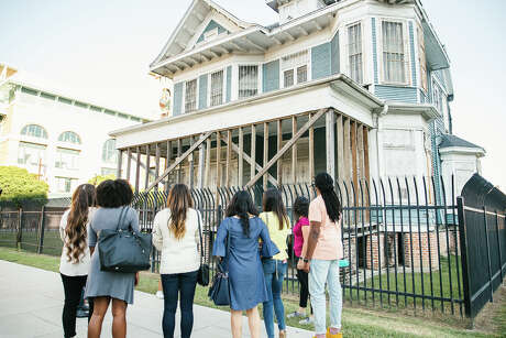 Best Bites Houston is a new walking tour of downtown Houston that combines restaurant dining with history and culture. The three-hour tour stops at five restaurants and bars for bites and drinks.
