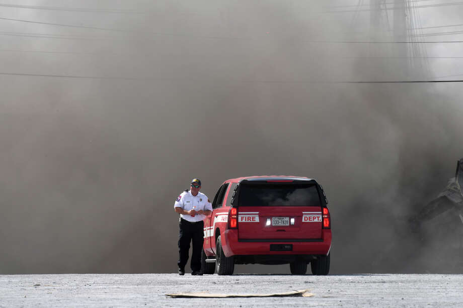 Smoke billows from the World Wide Sorbent warehouse in Port Arthur on Monday. A fire at the Lake shore Drive facility created power outages in the area. No major injuries were reported from the incident. Photo taken Monday, 7/8/19 Photo: Guiseppe Barranco/The Enterprise / Guiseppe Barranco ?