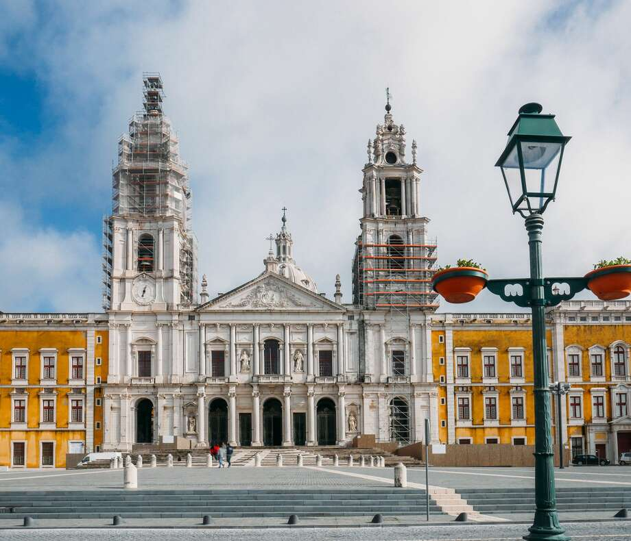 Royal Building of Mafra – Palace, Basilica, Convent, Cerco Garden and Hunting Park (Tapada) (Portugal) Photo: The Royal Convent and Mafra's baroque and neoclassic National Palace. Photo: BrasilNut1/Getty Images