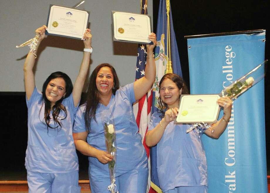 Les diplômés de Bâtir une communauté - Le programme d'aide aux soins à domicile du Centre for Immigrant Opportunity est célébré. Photo: Photo apportée / Stamford Advocate a contribué