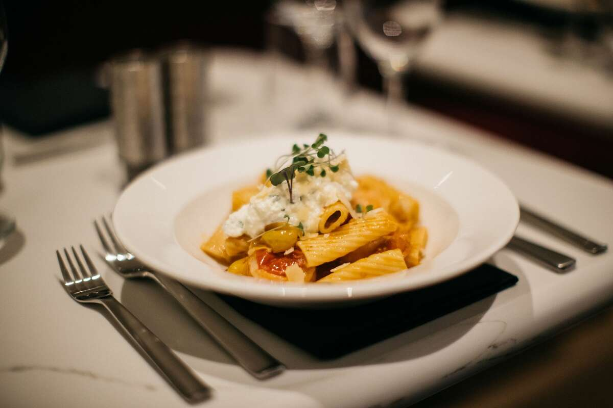 (British Airways continued): ... at the general seating lounge includes a rigatoni pasta served with grilled chicken and a marinara sauce or gluten-free penne pasta with Italian sausage and marinara sauce. If you walk over ...