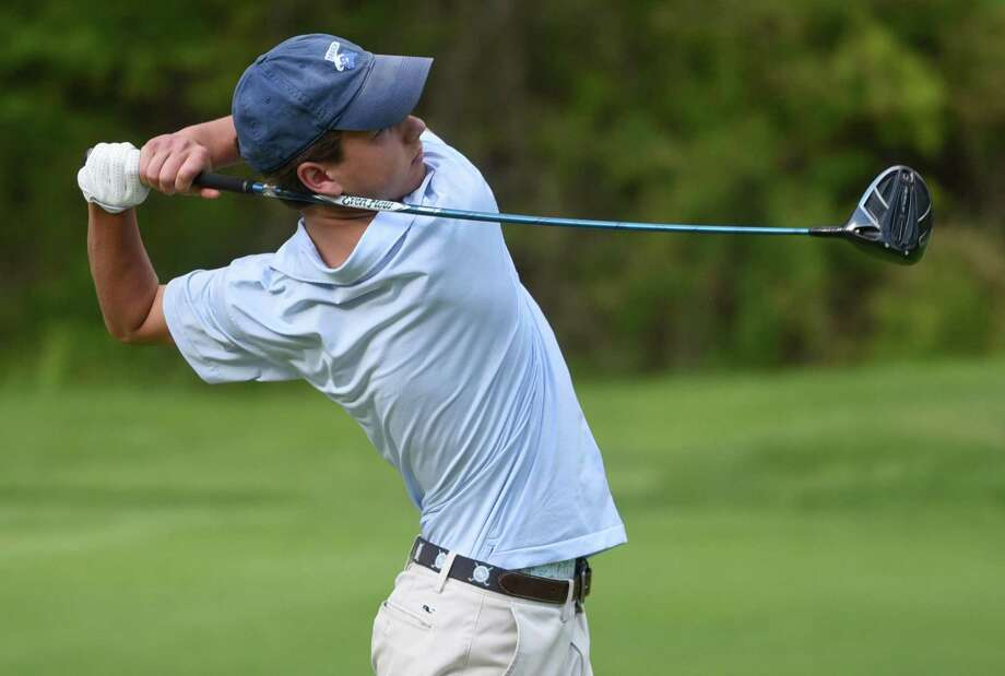 Darien's Calvin Smith tees off on the ninth during the Blue Wave's boys golf match against rival New Canaan at the Country Club of New Canaan on Wednesday, May 15, 2019. Photo: Dave Stewart / Hearst Connecticut Media / Hearst Connecticut Media