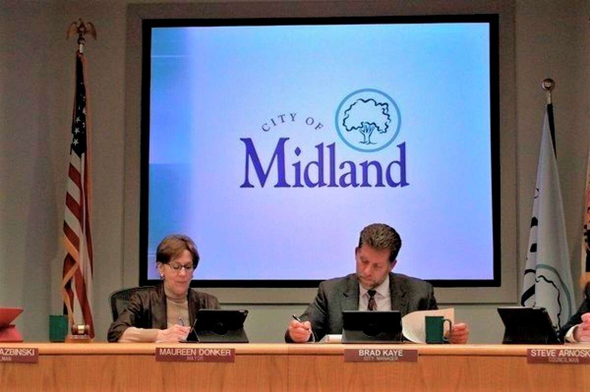 Midland Mayor Maureen Donker and Midland City Manager Brad Kaye conduct the city council meeting on April 8 at City Hall. (Ashley Schafer/Ashley.Schafer@hearstnp.com)