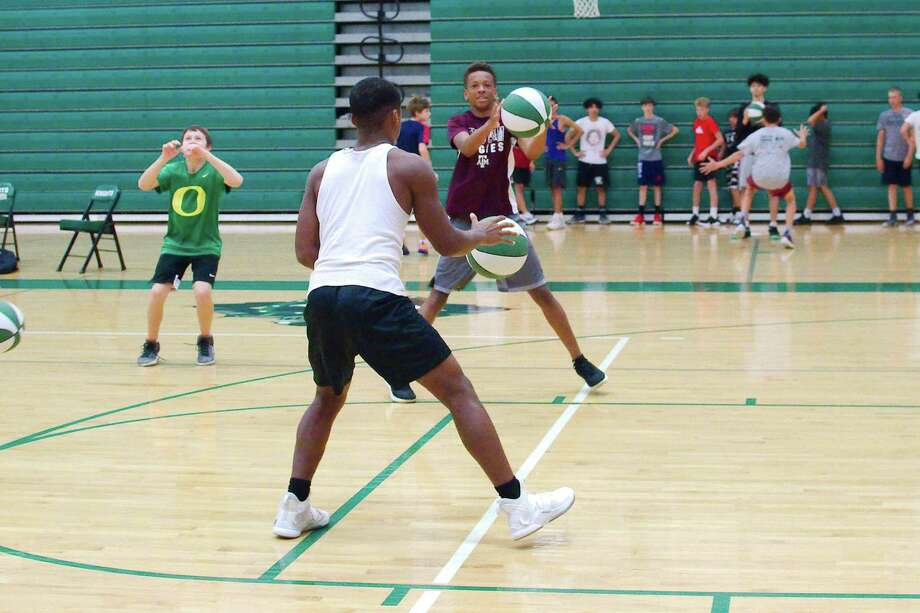 David Smith and Prince Hegwood participate in a passing drill at the Clear Falls summer basketball camp. Photo: Kirk Sides / Staff Photographer / © 2019 Kirk Sides / Houston Chronicle
