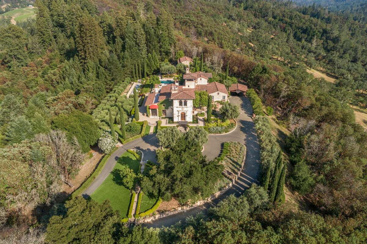 A 15-minute drive from Calistoga in the Napa Valley, Villa Montana is a 500-acre estate with an Italianate villa, guest house, caretaker's cottage, and equestrian arena. 49ers legend Joe Montana, and his wife, Jennifer, built the home in 2003.