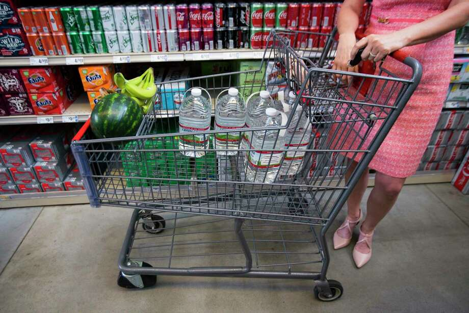 Residents rush to their local HEB as a boil water notice has been put into effect by the City of Houston on Thursday. Photo: Mark Mulligan, Houston Chronicle / Staff Photographer / © 2019 Mark Mulligan / Houston Chronicle