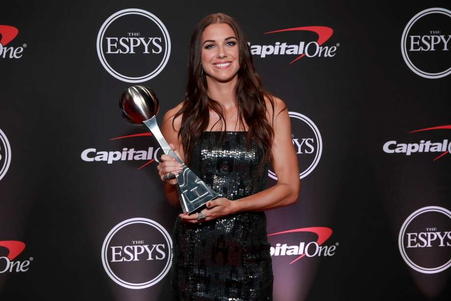 Alex Morgan poses with the ESPY Award for Best Female Athlete during The 2019 ESPYs at Microsoft Theater on July 10, 2019 in Los Angeles, California. Photo: Rich Fury/Getty Images