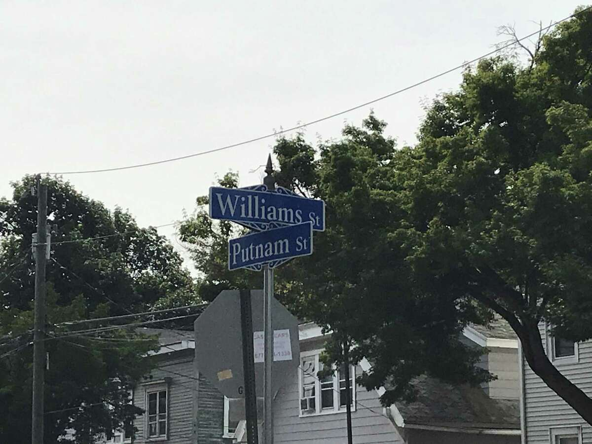 The sign at the intersection of William and Putnam streets incorrectly reads 'Williams.'