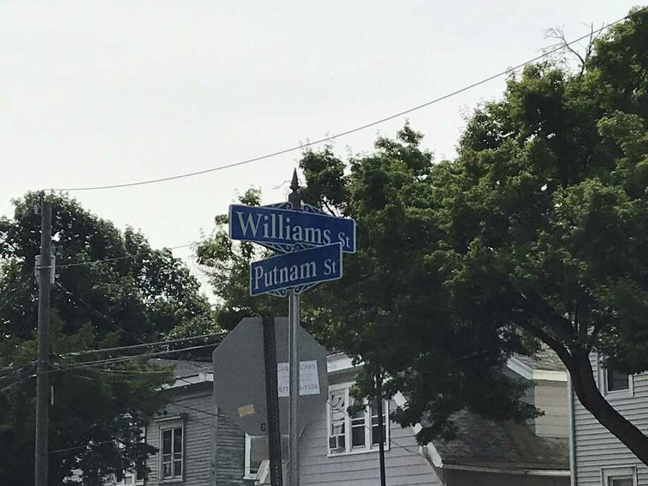 The sign at the intersection of William and Putnam streets incorrectly reads 'Williams.' Photo: Keila Torres Ocasio / Hearst Connecticut Media