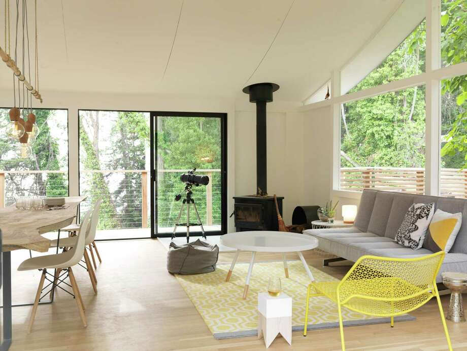 This 1958 kit home in California integrates yellow into a midcentury modern room. Photo: John Lee, Photographer / John Lee / COPYRIGHT 2017 JOHN LEE PICTURES