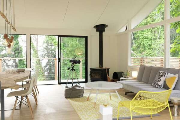 This 1958 kit home in California integrates yellow into a midcentury modern room.