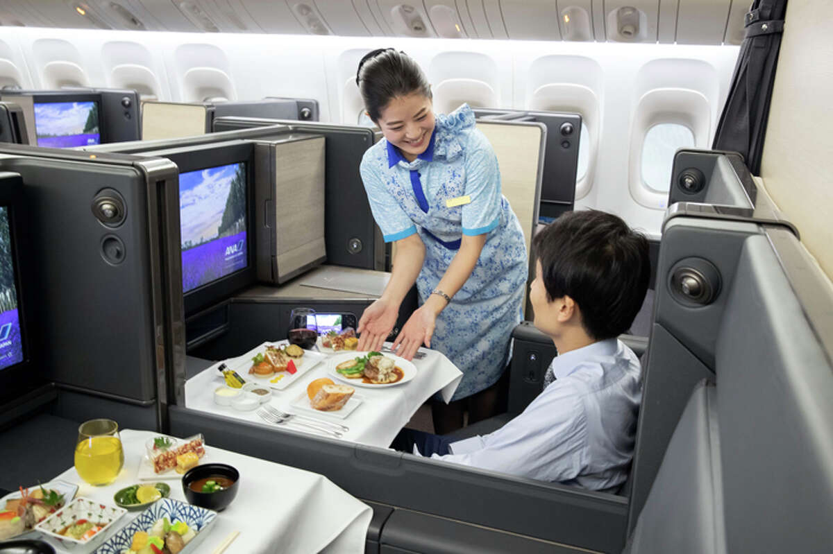 Meal service in business class on ANA's redesigned 777-300ER.