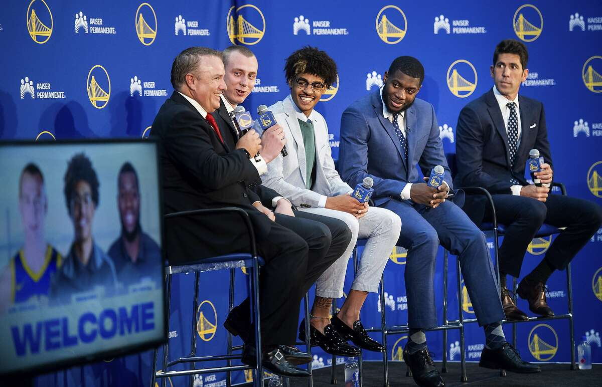 CORRECTS BROADCASTER'S FIRST NAME TO BOB INSTEAD OF BIB - Golden State Warriors NBA basketball draft picks attend a media conference with team leaders Monday, June 24, 2019, in Oakland, Calif. From left to right, are: Warriors broadcaster Bob Fitzgerald, Alen Smailagic, Jordan Poole, Eric Paschall and general manager Bob Myers. (AP Photo/Noah Berger)