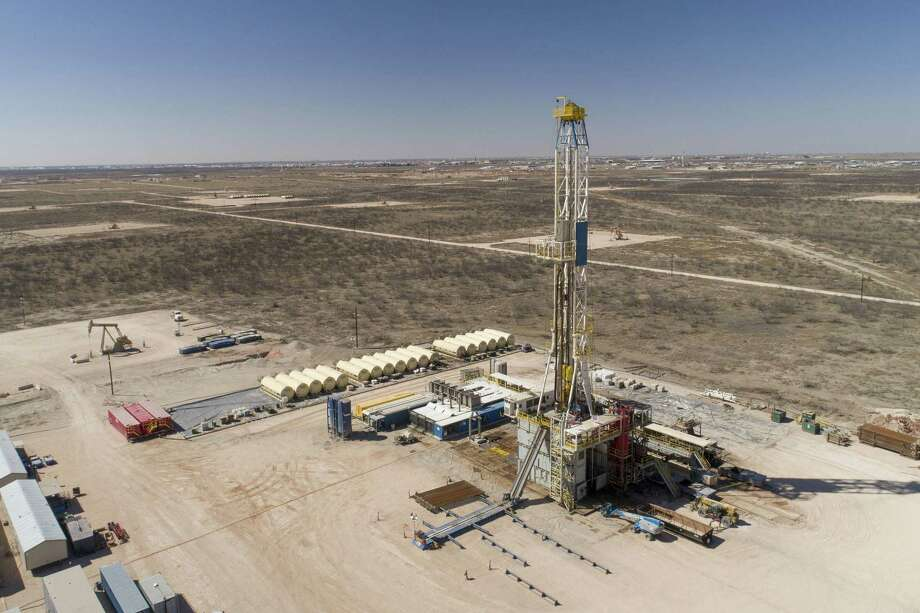 A Nabors Industries drill rig stands over an oil well for Chevron in the Permian Basin in Midland, Texas on March 1, 2018. Photo: Bloomberg Photo By Daniel Acker. / © 2018 Bloomberg Finance LP