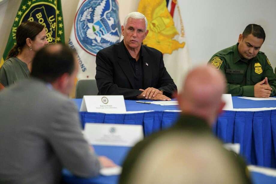 El Vice Presidente Mike Pence y miembros republicanos del Comité Judicial del Senado, participanen una mesa redonda en la estación de Aduanas y Protección Fronteriza en McAllen, Texas, el viernes. Photo: Carolyn Van Houten /The Washington Post / The Washington Post