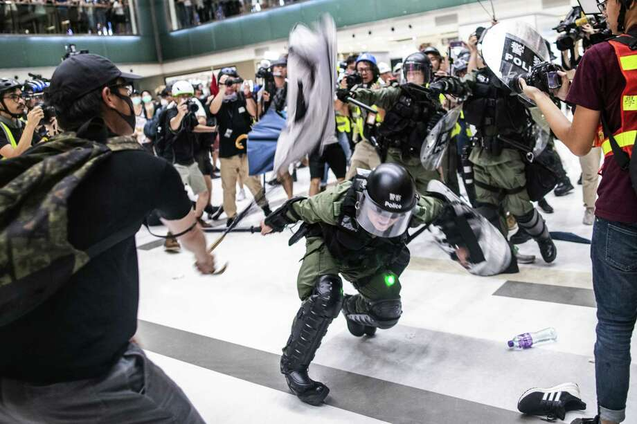 Riot police clash with demonstrators inside New Town Plaza on Sunday, July 14, 2019. Photo: Bloomberg Photo By Justin Chin. / © 2019 Bloomberg Finance LP