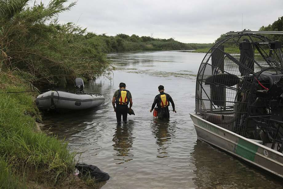 Border Patrol agents search for a toddler who got lost while crossing the Rio Grande with her mother. Photo: / Associated Press