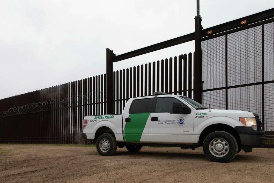 """(ARCHIVO) Un vehículo de Aduanas y Protección Fronteriza (CBP) es conducido a través de un portón en la frontera entre México y Estados Unidos en McAllen, Texas. La agencia ha dicho el 1 de julio de 2019 que ha lanzado una investigación a un grupo secreto de Facebook formado por agentes y exagentes de la Patrulla Fronteriza que contiene publicaciones de memes racistas y burlas hacia los migrantes. La existencia del grupo llamado """"I'm 10-15"""" fue revelada por el sitio de noticias sin fines de lucro ProPublica. 10-15 es un código de la Patrulla Fronteriza para indicar """"extranjeros en custodia"""". Photo: Suzanne Cordero /AFP /Getty Images / AFP or licensors"""