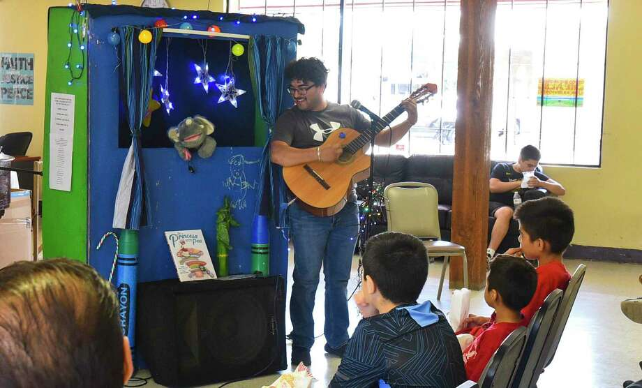 Joe's Puppet Show/Storytime Thing hold a performance for the children staying at the Holding Institute Community Center, Tuesday, Jul. 16, 2019. Photo: Danny Zaragoza, Staff Photographer / Laredo Morning Times / Laredo Morning Times