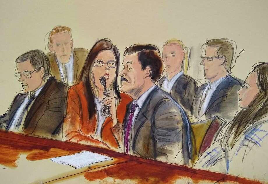 """En este boceto de la corte, Joaquín """"El Chapo"""" Guzmán, segundo desde la derecha, escucha su sentencia vía una intérprete, el 17 de julio de 2019. Photo: Elizabeth Williams /Associated Press / FR142054 AP"""