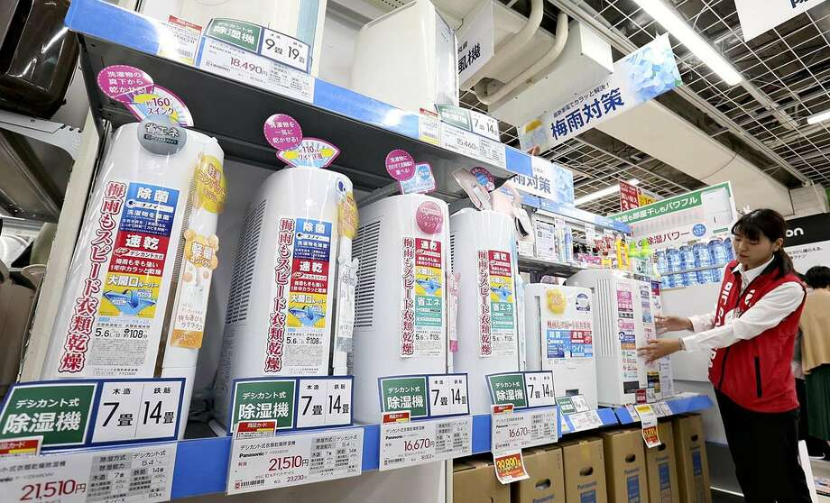 Dehumidifier sales have been strong at Biccamera's store in Tokyo due to a long spell of rainy weather. Photo: Japan News-Yomiuri / Japan News-Yomiuri
