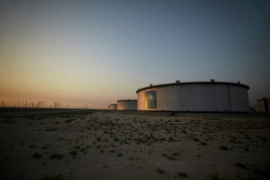 A logo sits on display on the side of a crude oil storage tank at the Juaymah tank farm at Saudi Aramco's Ras Tanura oil refinery and oil terminal in Ras Tanura, Saudi Arabia, on Oct. 1, 2018. Photo: Bloomberg Photo By Simon Dawson. / The Washington Post