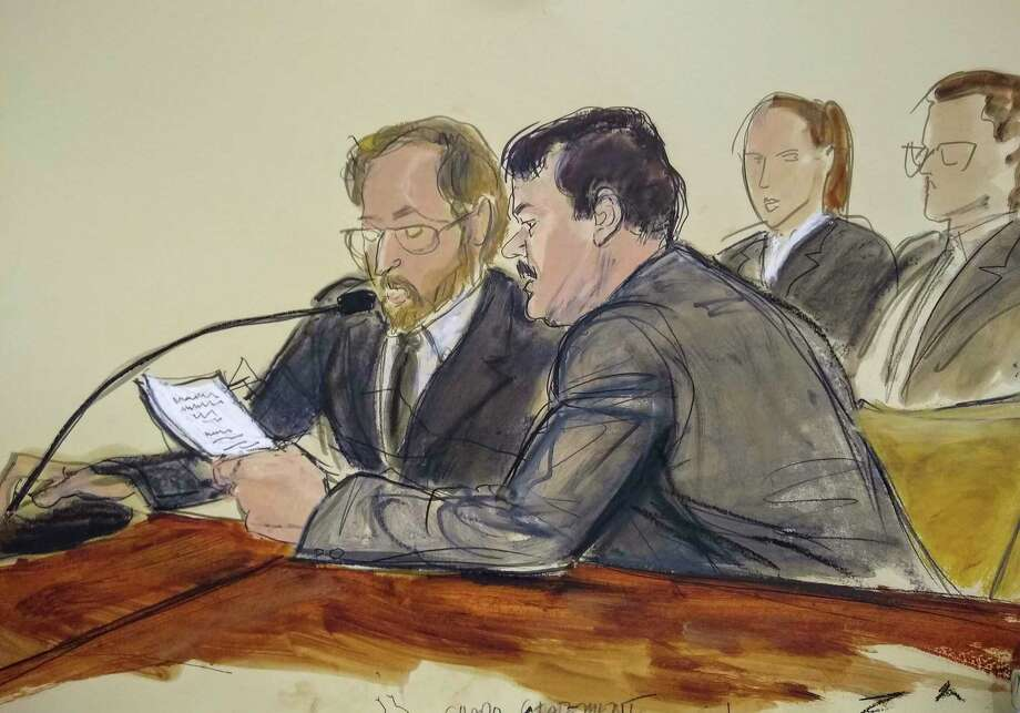 "En este dibujo hecho en una sala de la corte federal de Brooklyn, en Nueva York, el miércoles 17 de julio del 2019, Joaquín ""El Chapo"" Guzmán, a la derecha, lee un documento, junto a un intérprete, minutos antes de ser sentenciado a cadena perpetua. Photo: Elizabeth Williams /Associated Press / FR142054 AP"